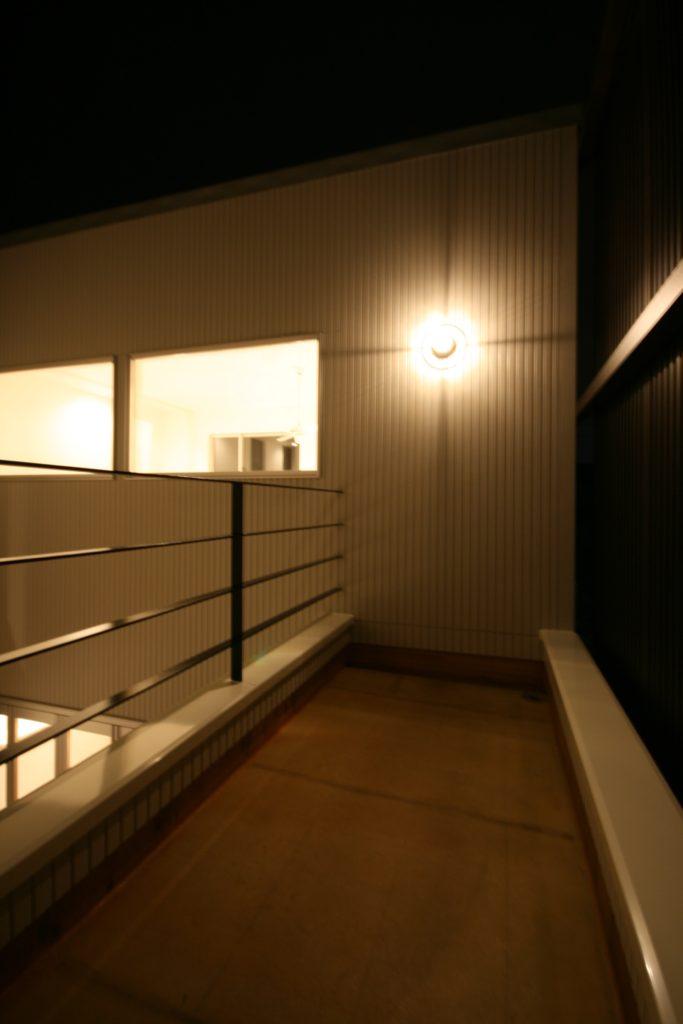 リビングと中庭をつなぐ開放的空間expansivehouse