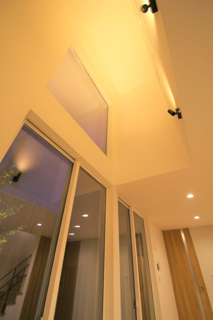 昼間は明るい陽光が差し込み、夜間は落ち着いた光を放つデザイナーズ住宅。