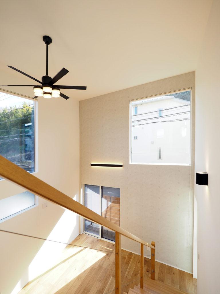 快適な空間を実現する明るい邸宅