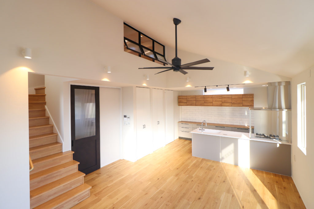 勾配天井が開放感を感じさせる空間
