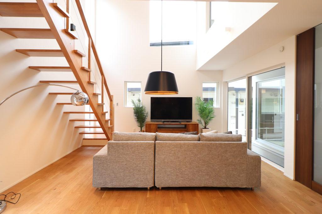開放的な吹抜とウッド階段が心地よい空間のデザイナーズハウス。